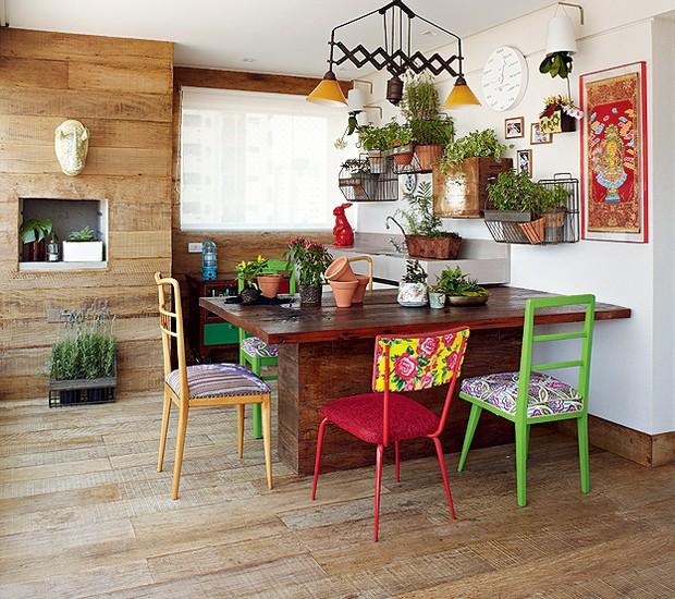 """A moradora Renata Leoni trocou uma casa de 400 m² por um apê de 169 m² e, acredite, adorou a mudança. Tudo graças à varanda gourmet, com horta e madeira de demolição, que dá a sensação de se estar numa casa rústica. """"Ficou até mais aconchegante"""", diz (Foto: Victor Affaro/Casa e Jardim)"""