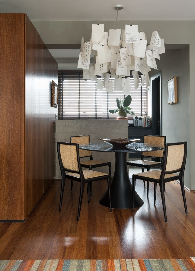 Décor moderno, peças assinadas e integração marcam apê de 140 m²  (Foto: Salvador Cordaro)