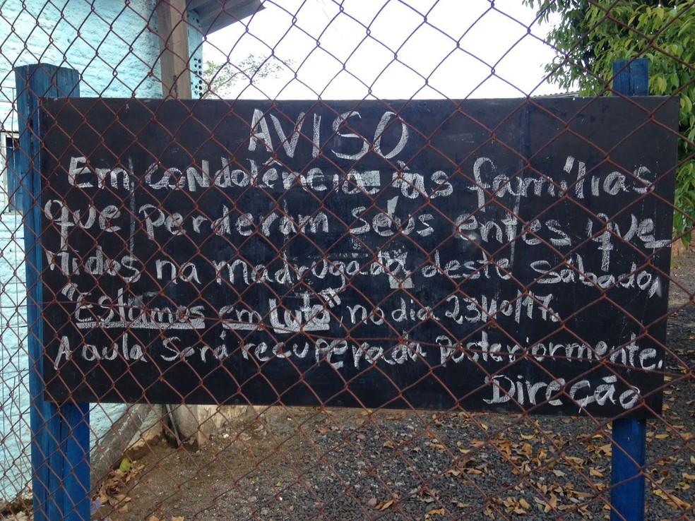 Cartaz foi colocado em frente da escola avisando do cancelamento das aulas (Foto: Josmar Leite/RBS TV)