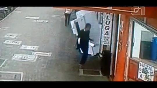 VÍDEO: geladeira exposta em loja cai com vento e quase atinge pedestres
