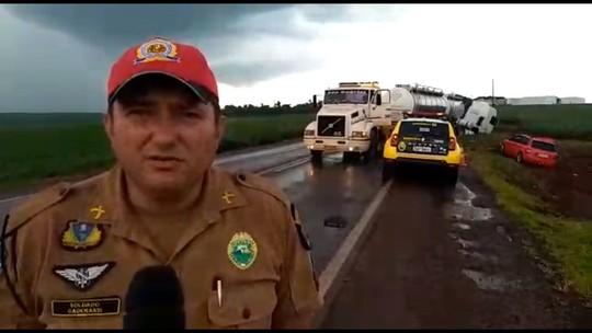 Jovem morre e homem fica ferido em acidente entre carro e caminhão na PR-239, diz Samu