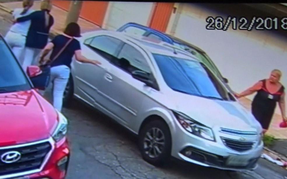 Em seguida, Josefa é amparada por outras mulheres que passavam pelo local — Foto: TV Globo/Reprodução