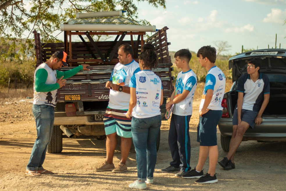 Professor e estudantes durante validação do projeto na zona rural do Agreste paraibano — Foto: Ronaldo Justino/Arquivo Pessoal