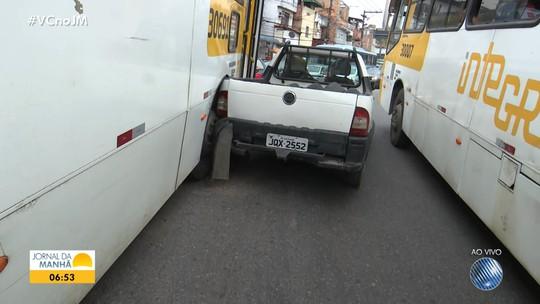Batida entre ônibus e carro deixa trânsito lento no Largo do Tanque, em Salvador