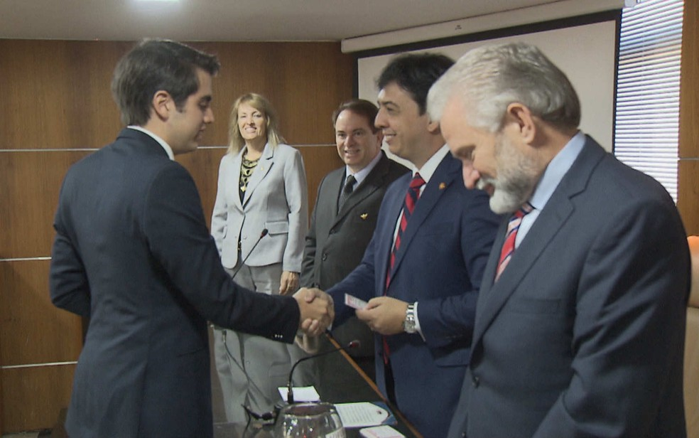 Advogado Mateus Ribeiro, 18 anos, recebe carteira da OAB no Distrito Federal (Foto: TV Globo/Reprodução)