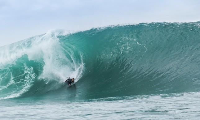 O bodyboarder Leopoldo Neto em uma onda 'havaiana' no Arpoador