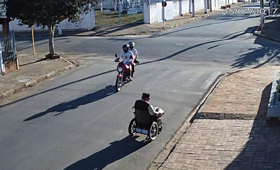 Dupla em moto assalta cadeirante na área central de São Miguel Arcanjo (Foto: Reprodução/TV TEM)