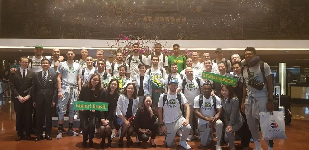 Brasileiros foram recebidos em hotel na China com cartazes e flores — Foto: Divulgação/CBB