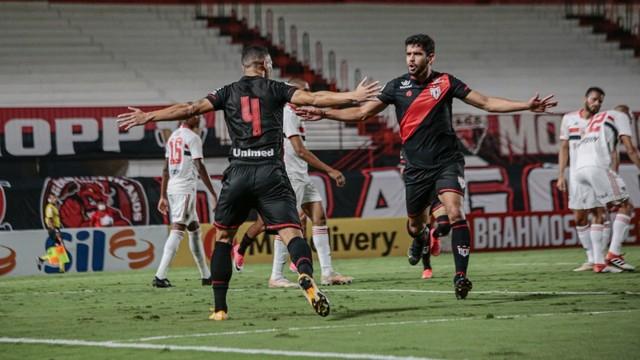 Èder e Zé Roberto comemoram o gol do Atlético-GO (Foto: Bruno Corsino / ACG)