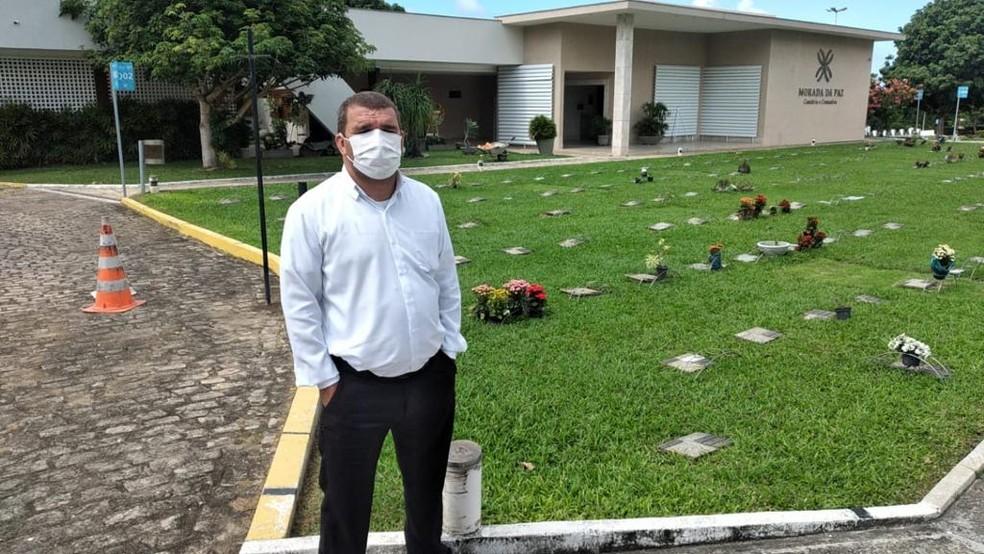 Agente funerário José Evaldo da Silva Júnior, de 43 anos: empatia pelas famílias enlutadas — Foto: Divulgação