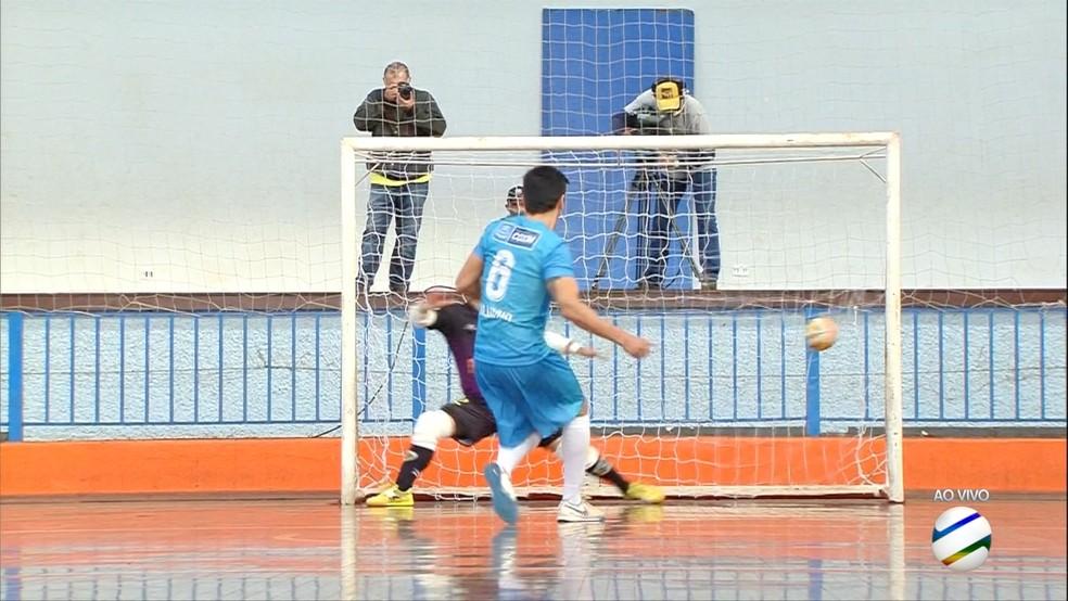 Cobrança de pênalti de Naldinho, do Coxim, que deu a sua equipe o título da Copa Morena de Futsal 2019 — Foto: Reprodução/TV Morena