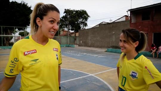Amandinha x Bárbara: apresentadora aprende futsal com a melhor do mundo