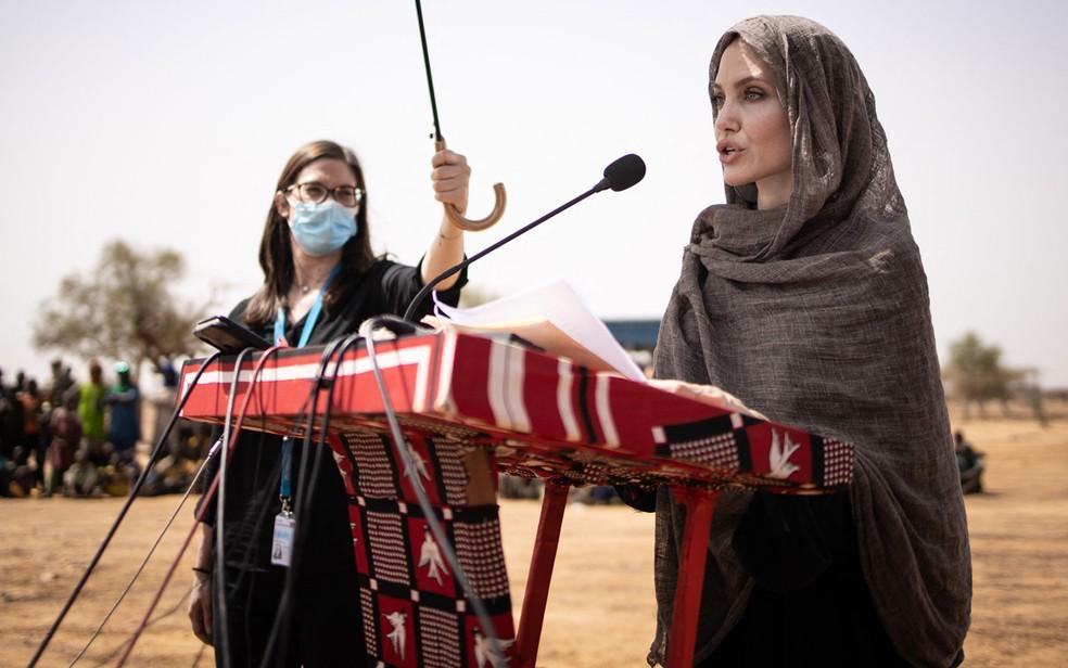 A atriz Angelina Jolie, enviada especial da Agência da ONU para os Refugiados (Acnur), visita Goudebo campo de refugiados de malineses em Burkina Faso, no domingo (20) — Foto: Olympia de Maismont/AFP
