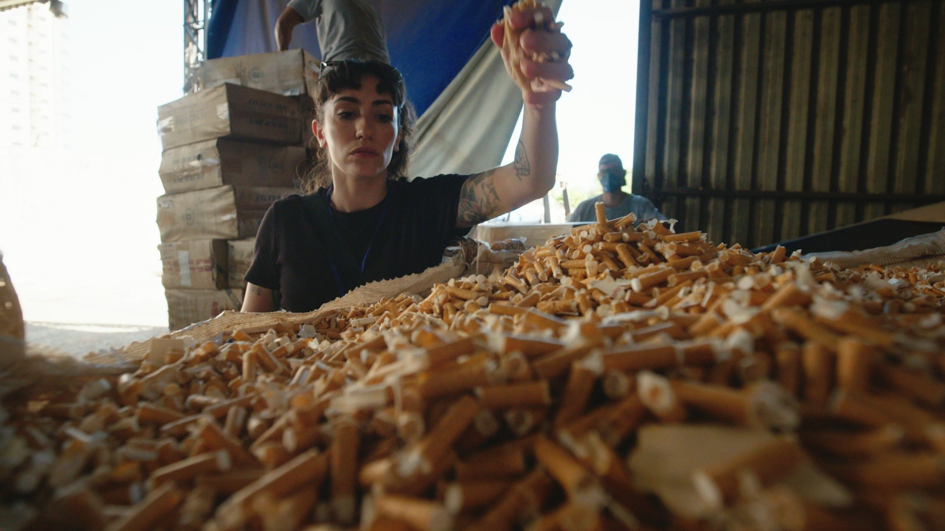 No documentário Cigarro do Crime, a jornalista Débora Lopes visitou um depósito onde milhões de cigarros paraguaios foram apreendidos (Foto: Reprodução)