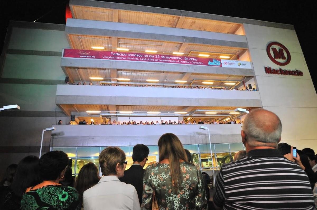 Coral faz apresentação gratuita de canções natalinas em sacada de edifício de Campinas