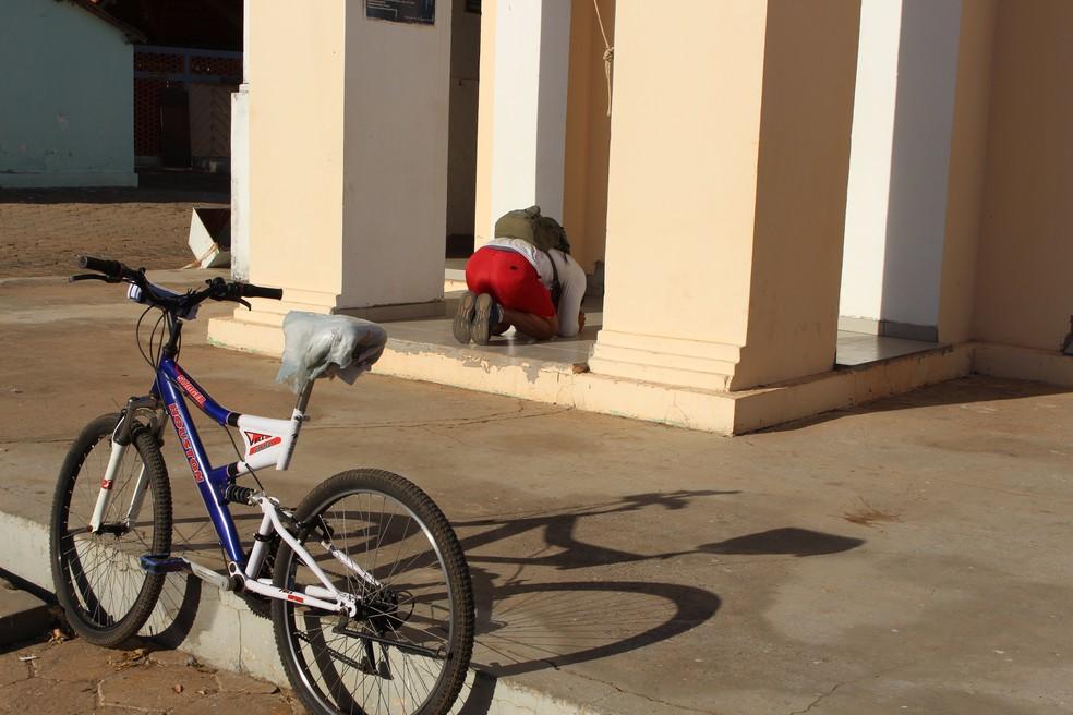 Romeiro se ajoelhou na entrada da igreja para agradecer após a viagem (Foto: João Guilherme Lobasz/G1)