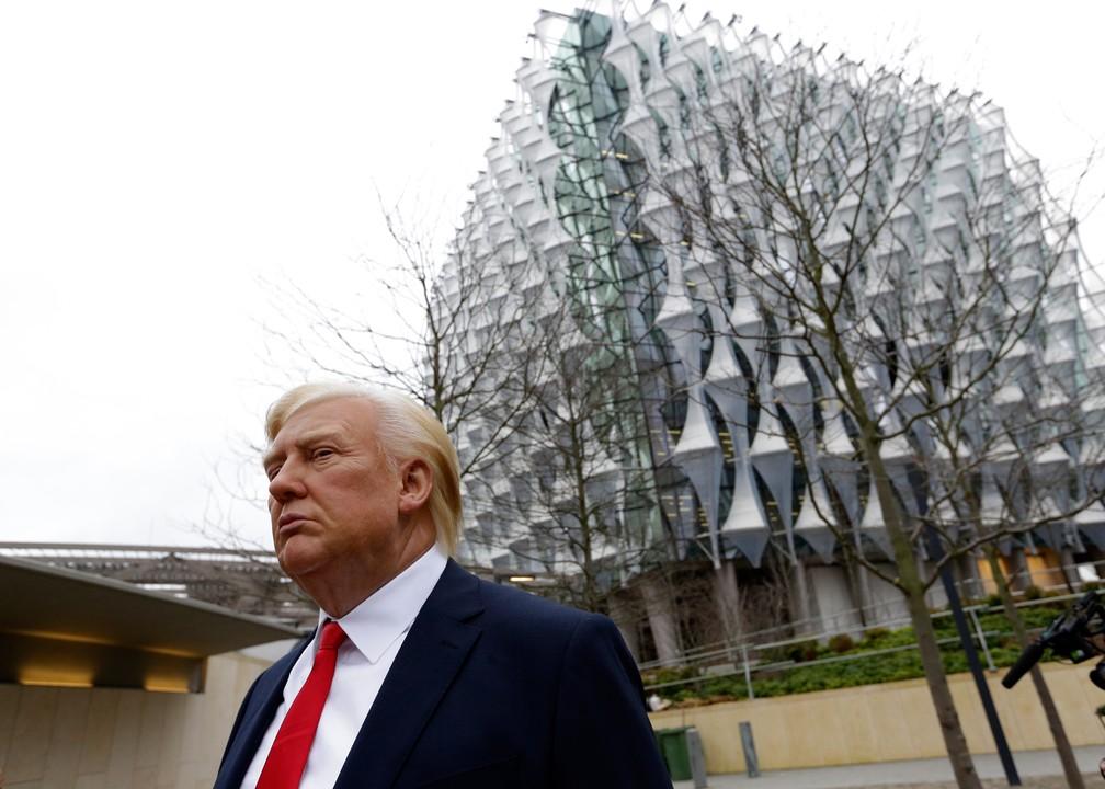 -  Estátua de cera de Trump é levada para a frente da nova embaixada americana em Londres  Foto: Alastair Grant/AP
