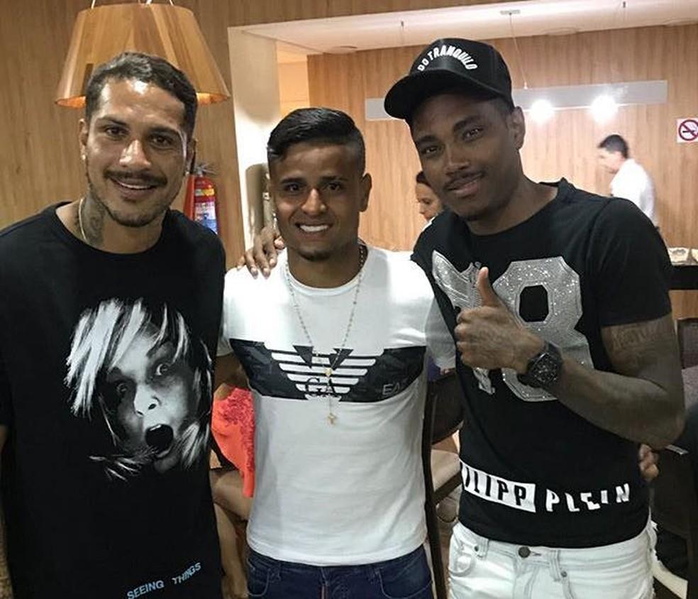 Vitinho posa com Guerrero e Everton - atacante é torcedor declarado do Flamengo (Foto: Reprodução Instagram)
