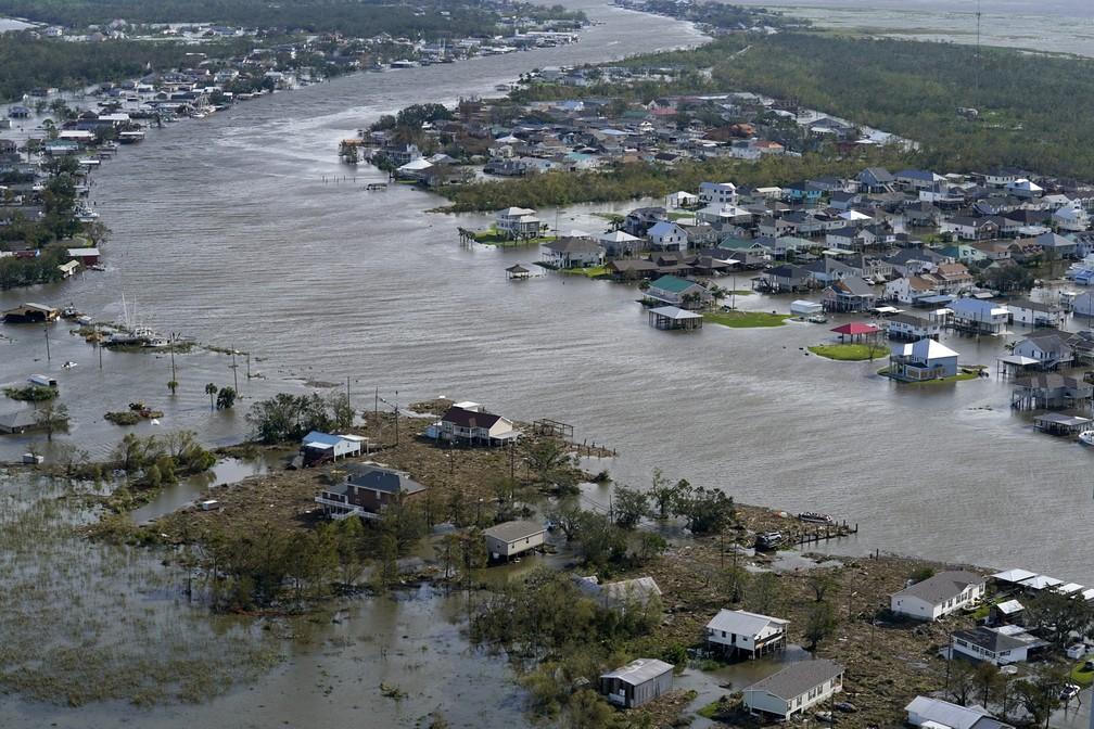 Casas inundadas após a passagem do furacão Ida em Lafitte, no estado de Louisiana, em30 de agosto de 2021 nos Estados Unidos — Foto: David J. Phillip/AP
