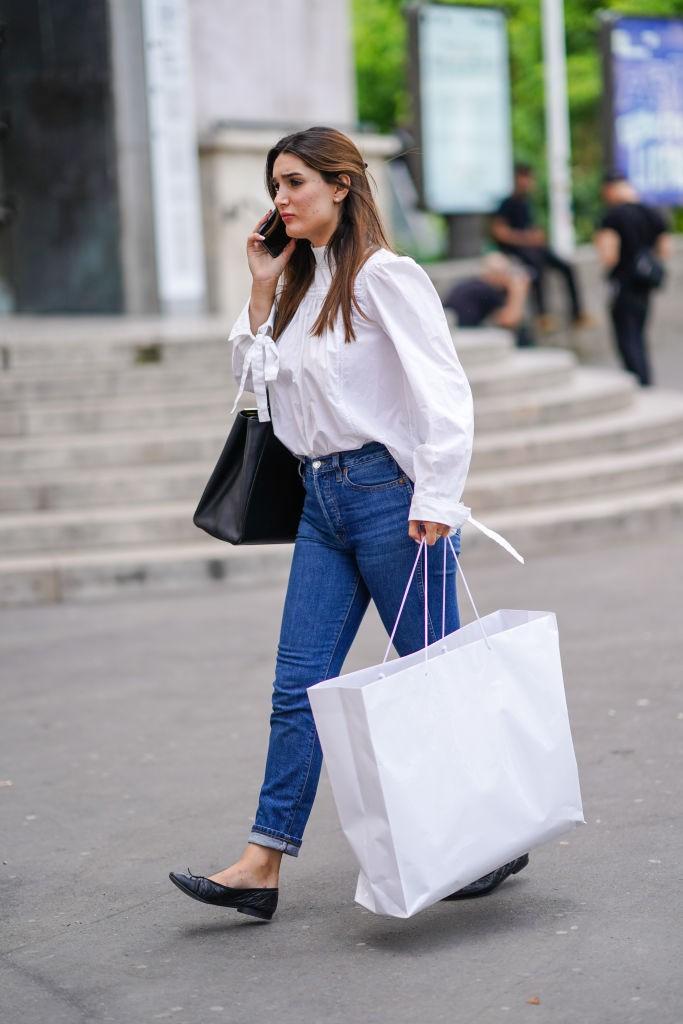 Combine camisa vitoriana com jeans (Foto: Getty)