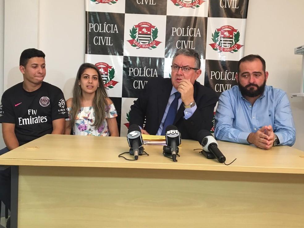 Taina falou sobre o caso ao lado do marido em coletiva de imprensa na DIG de Sorocaba — Foto: Paola Patriarca/G1