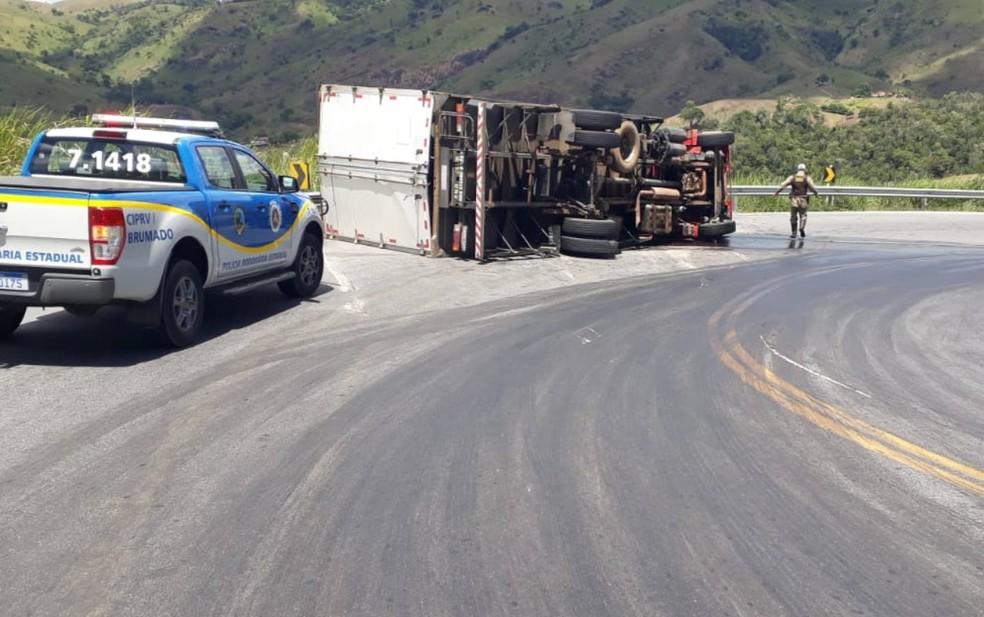 Caminhão tomba e deixa trânsito lento no sudoeste da BA — Foto: Divulgação/PRE