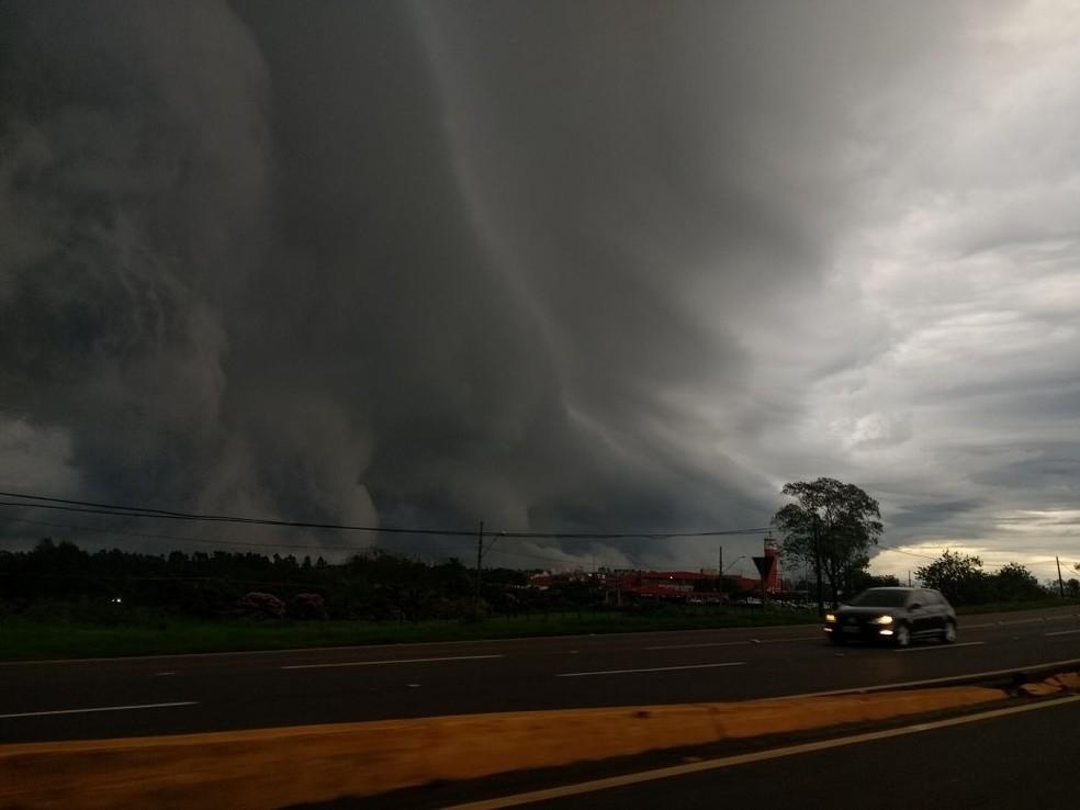 Segundo a Somar Meteorologia, trata-se de uma supercélula, que pode causar chuvas fortes; nuvem foi registrada no fim da tarde desta segunda-feira (15), em Rolândia (Foto: Renato Schiewaldt/Arquivo pessoal)