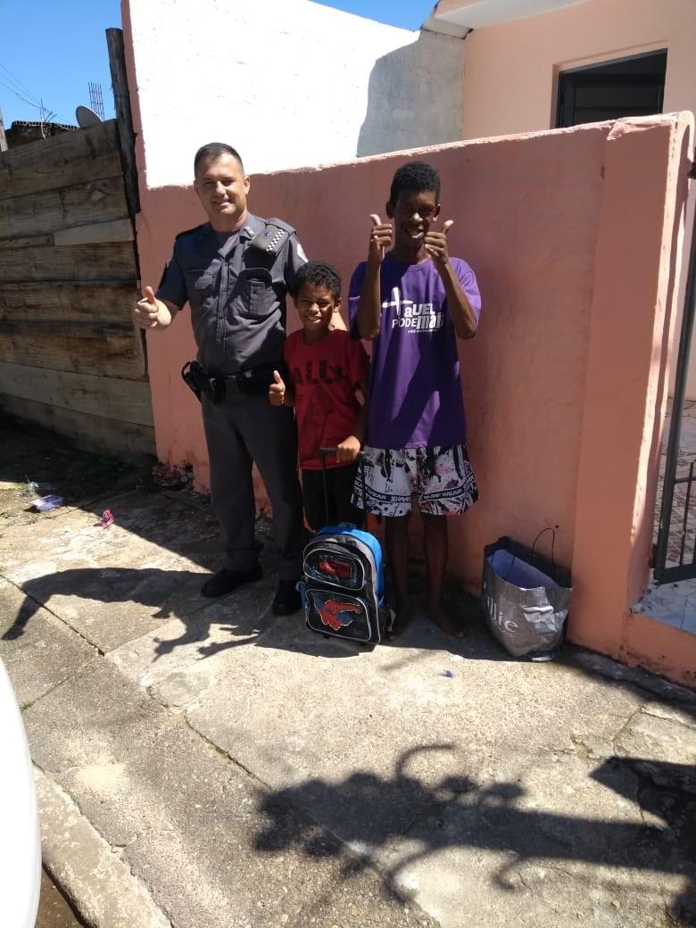 Menino se emociona ao ganhar roupas e material escolar da polícia em SP - Noticias