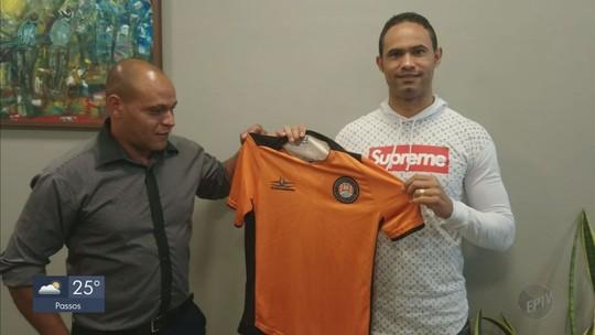 Goleiro Bruno assina contrato e posa com a camisa do Poços de Caldas FC