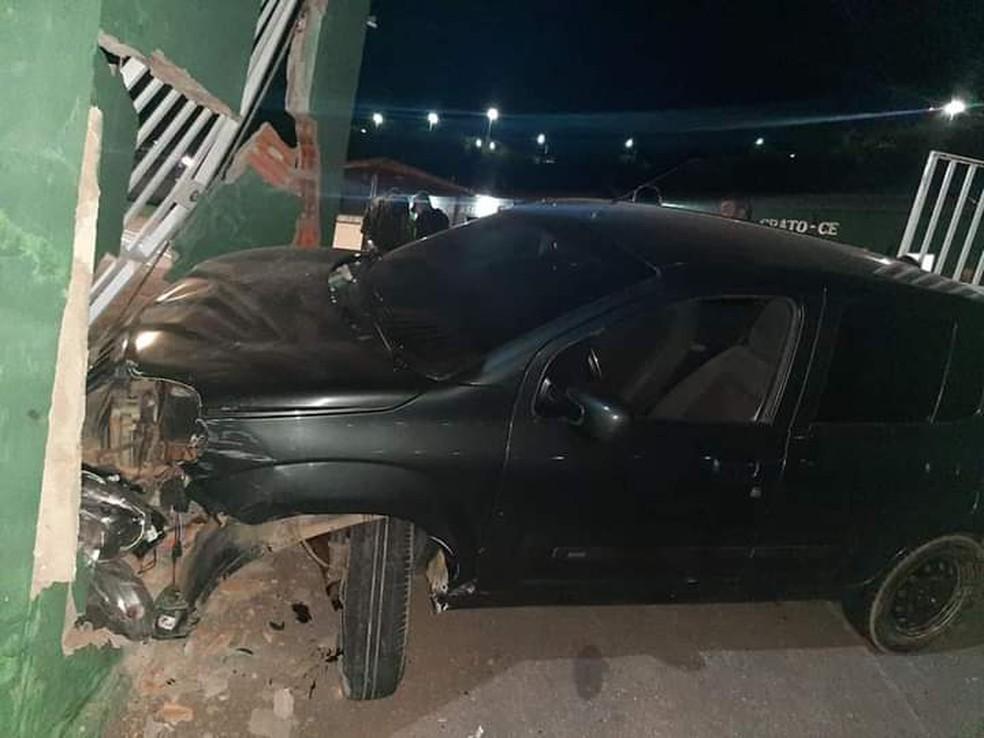 Carro derrubou parte do muro do quartel — Foto: Reprodução
