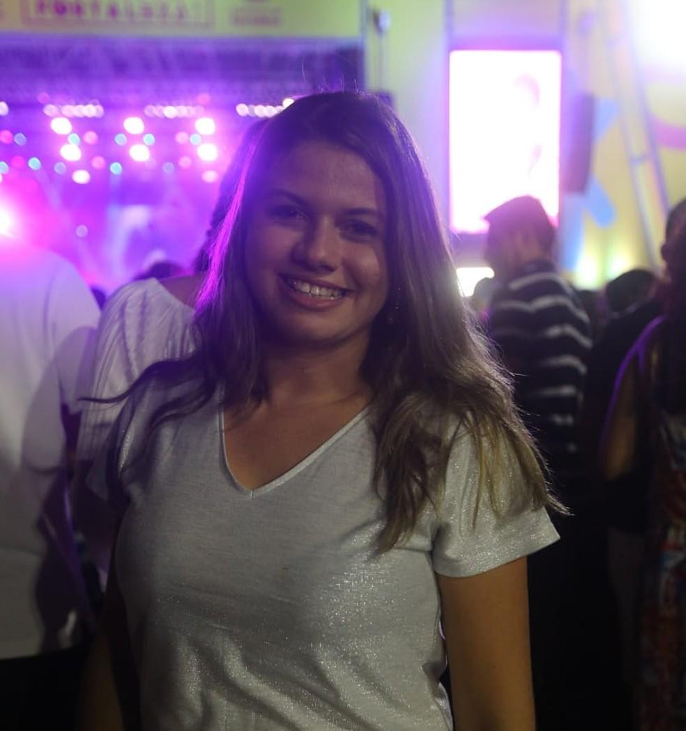 Enfermeira Priscila Leal, de 28 anos, mora em Floriano, no Piauí, e participa pela primeira vez do réveillon de Fortaleza.  — Foto: Helene Santos/ Diário do Nordeste