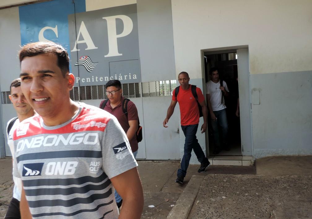 Phelipe Sales (à esq.) e Alexandre dos Santos (de vermelho) deixam o presídio para ir à universidade todos os dias: redenção pela educação — Foto: Sérgio Pais/G1