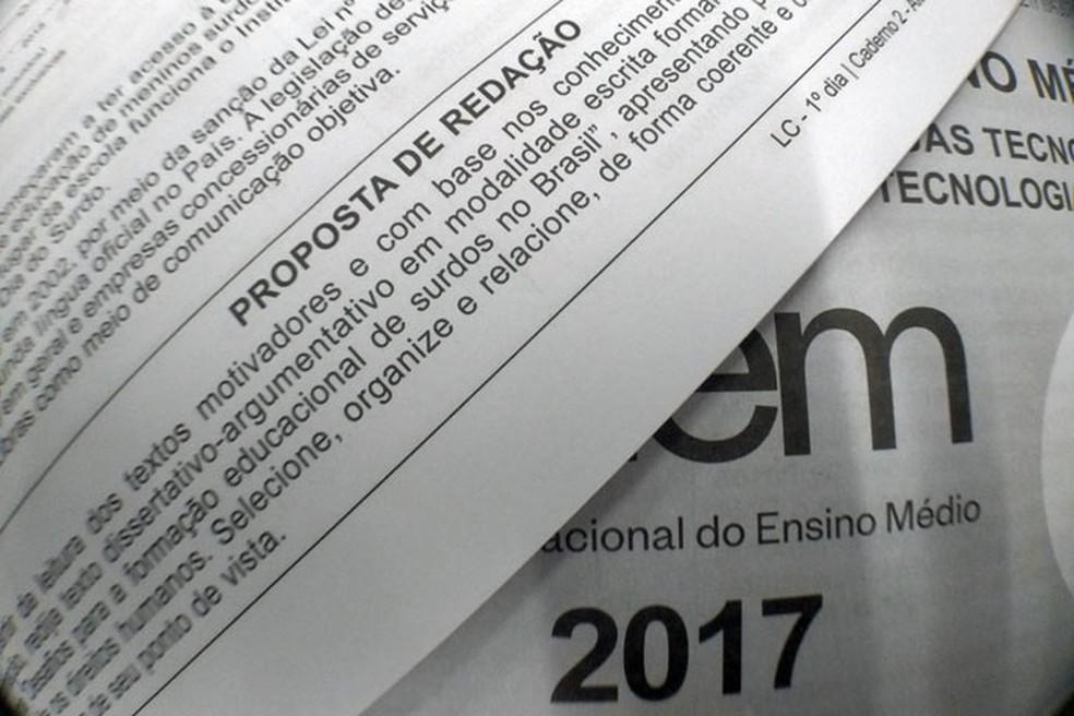 Detalhe da página de prova do Enem que detalhava o pedido para redação sobre formação educacional de surdos no Brasil. — Foto: Arquivo/G1