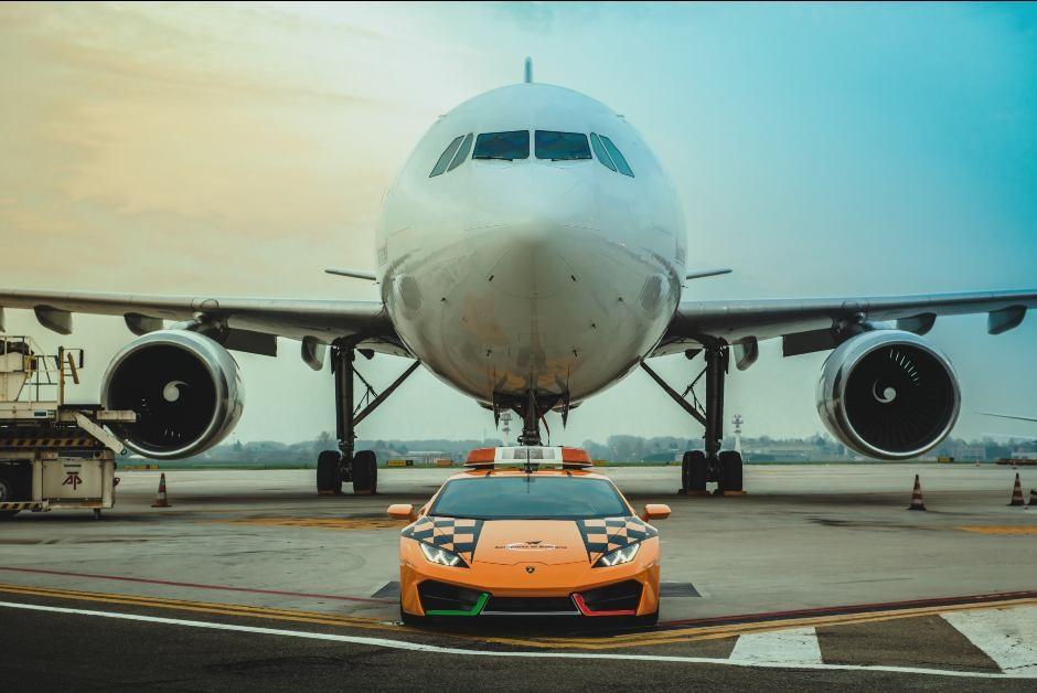 O Lamborghini Huracán RWD a serviço do Aeroporto de Bolonha, na Itália (Foto: Divulgação/ Lamborghini)