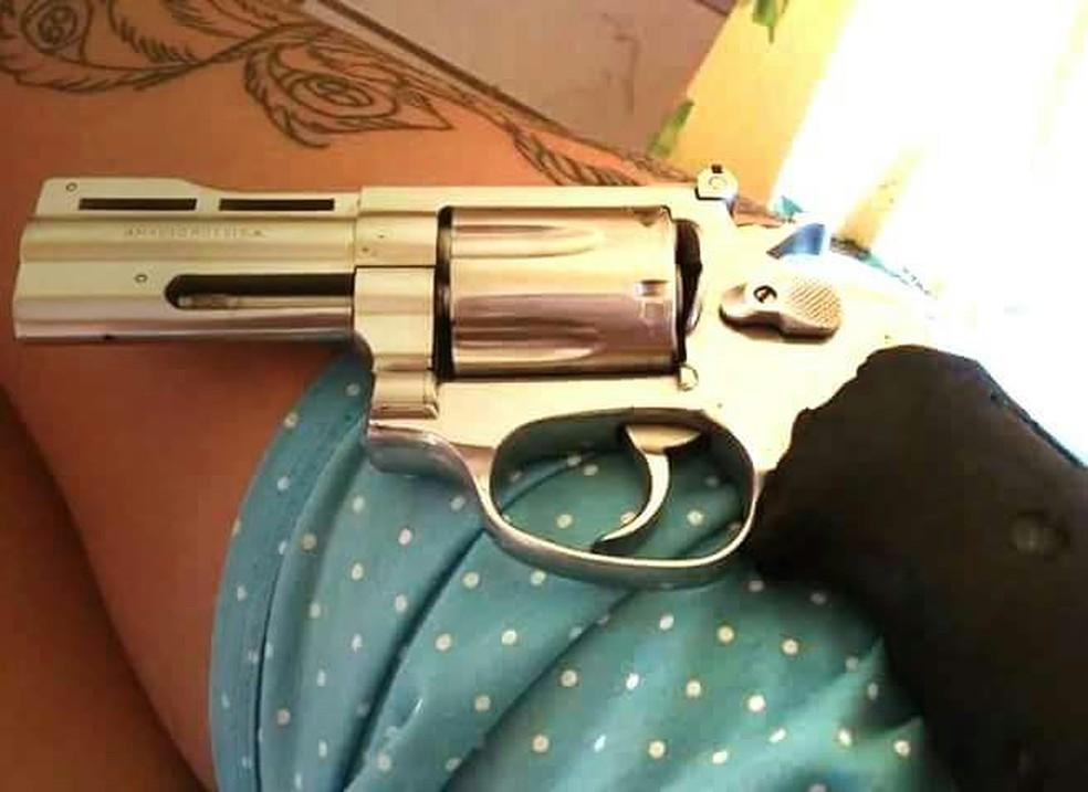 f1725bb079d56 ... Arma e tatuagem na coxa chamara a atenção da polícia — Foto:  Ascom/Polícia