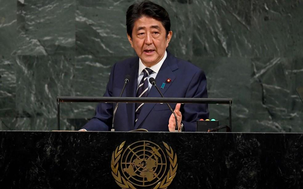 O primeiro-ministro do Japão, Shinzo Abe, discursa na 72ª Assembleia Geral da Onu, em Nova York, na quarta-feira (20) (Foto: Timothy A. Clary/AFP)