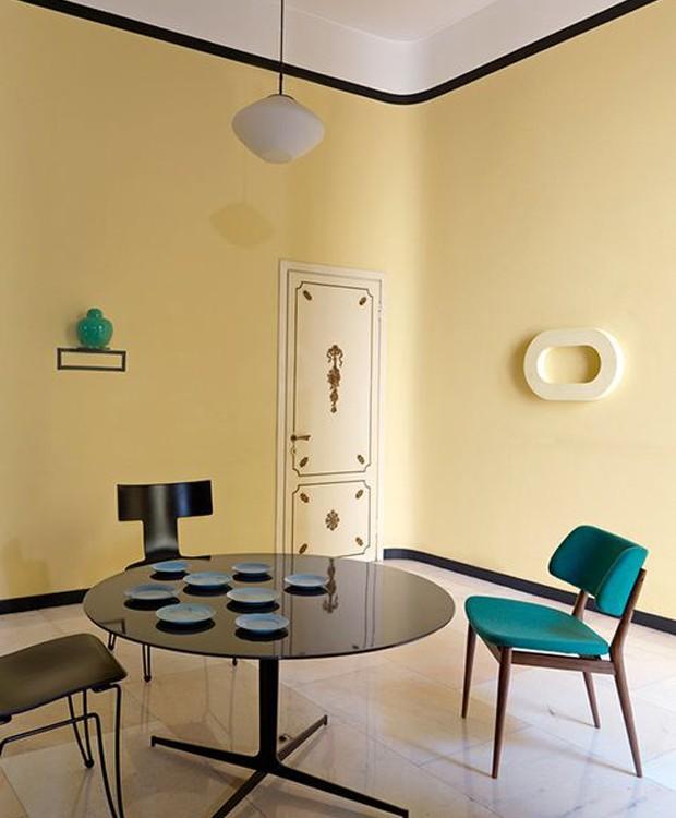 Nesta sala de jantar, o preto surge delicado, em uma moldura, delimitando espaços (Foto: Studiopepe/Reprodução)