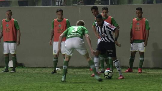 """Robinho encara Grolli após pedalada e provoca Moisés Ribeiro: """"Jogou onde?"""""""