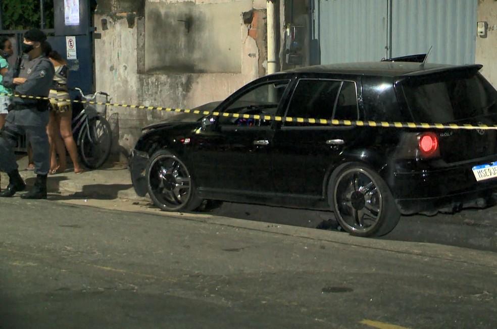 Carro bateu no meio fio após o motorista ter sido baleado  — Foto: Reprodução/TV Gazeta