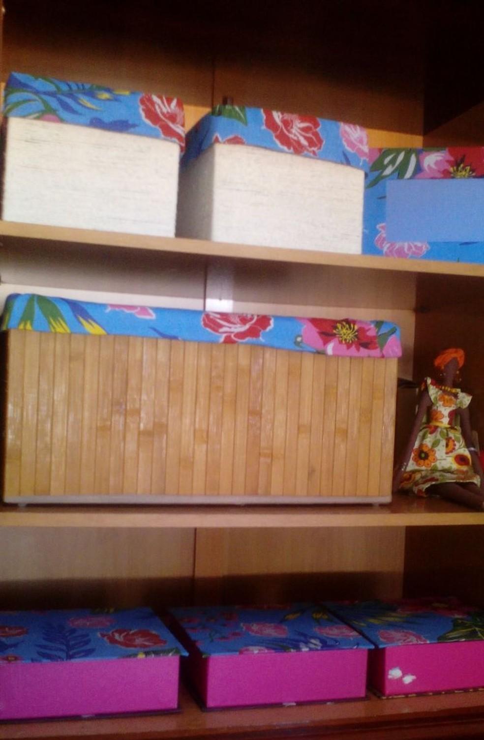 Teresa utilizou barbantes, retalhos de chita e materiais que seriam descartados para trazer cor ao apartamento (Foto: Divulgação)
