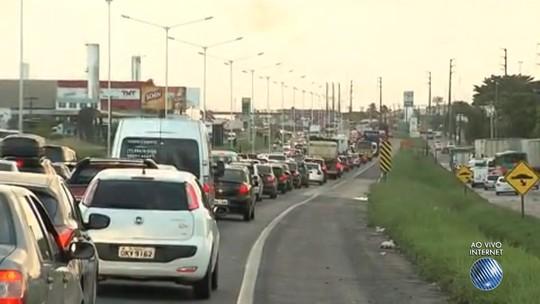 Trânsito fica congestionado na saída de Salvador, sentido interior do estado