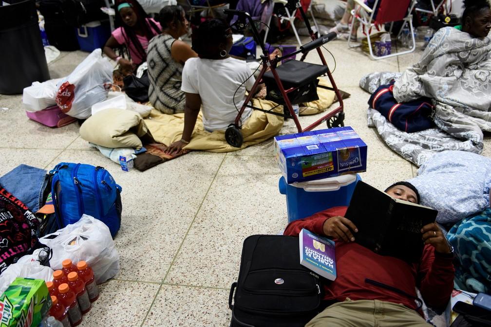 Pessoas que estão nesta quarta-feira (10) em um abrigo montado, em Panama City, por causa da aproximação do furacão Michael — Foto: Brendan Smialowski / AFP