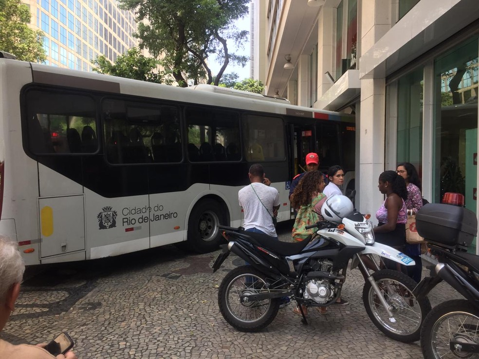 Ônibus entra em agência bancária no Centro do Rio — Foto: Reprodução/Redes Sociais