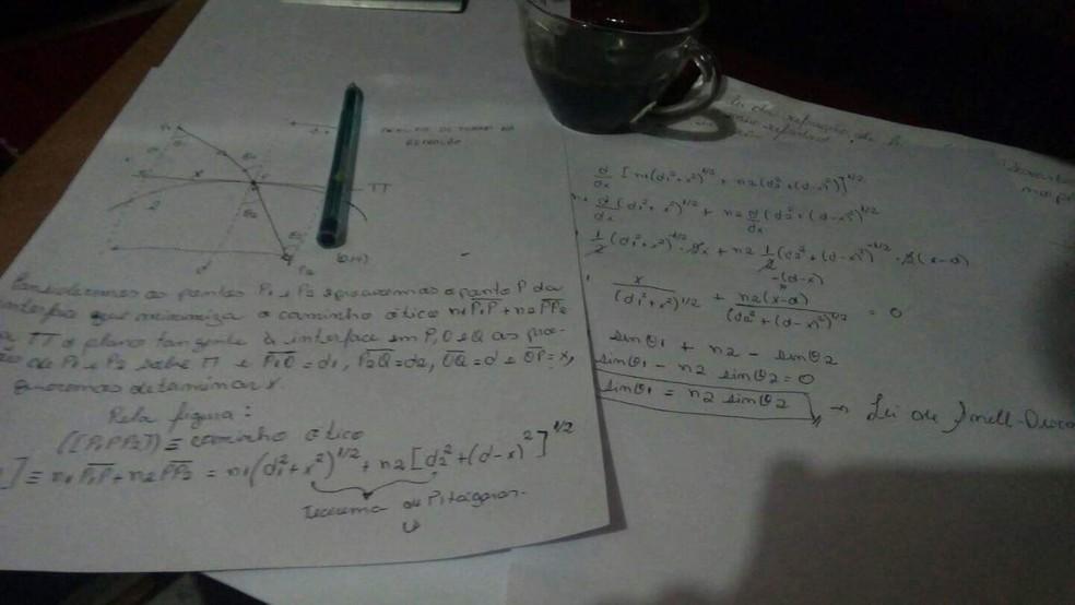 Rascunho de cálculos mostram dedicação do jovem em estudar física. — Foto: Arquivo pessoal