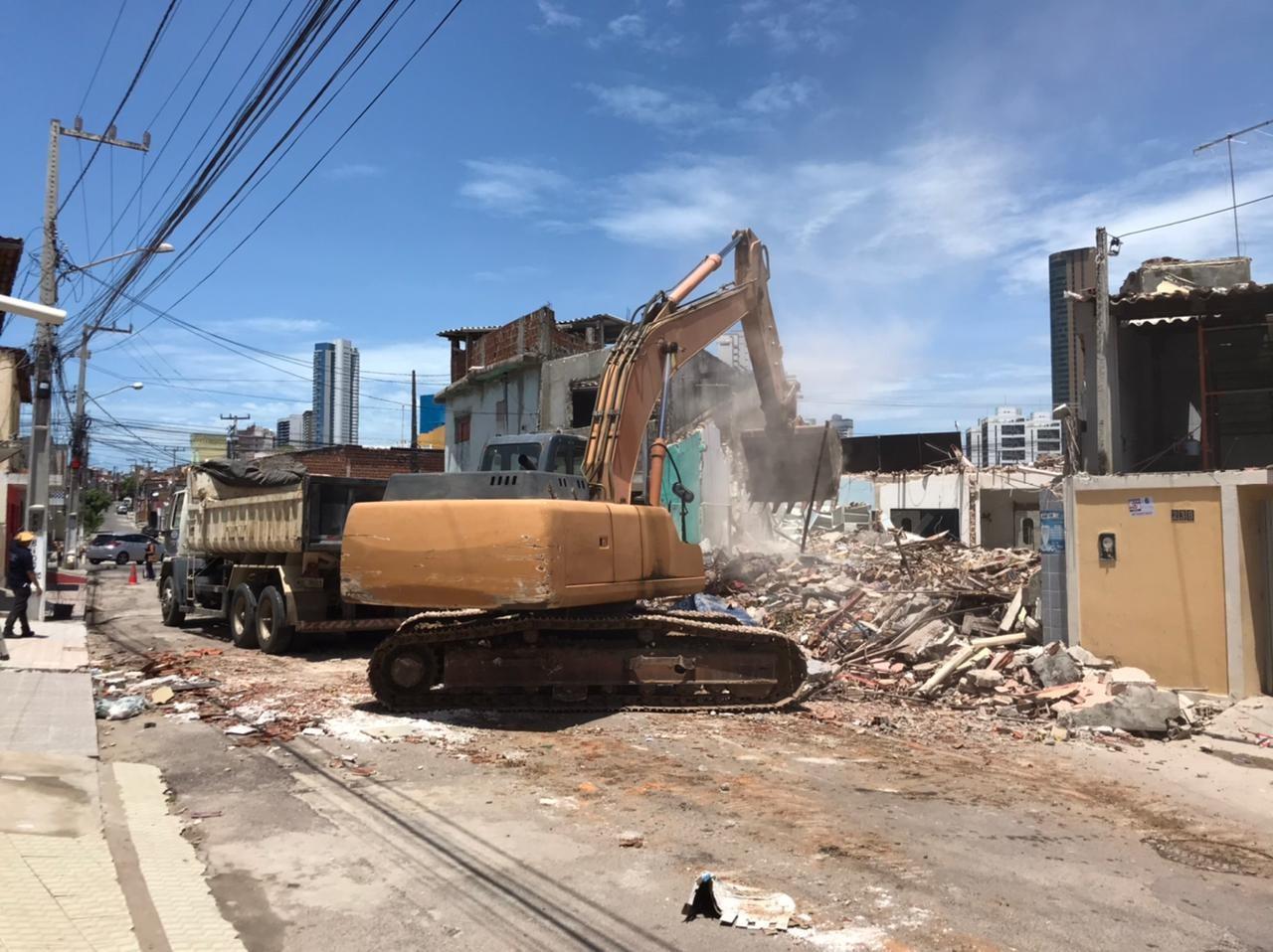 Perícia recolhe botijão de gás e escombros de imóveis atingidos por explosão são demolidos em Natal