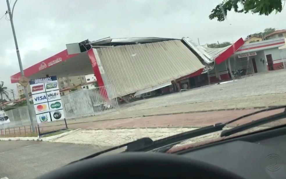 Teto de posto de combustível desabou no bairro Bodocongó, após ventania em Campina Grande — Foto: Reprodução/TV Paraíba