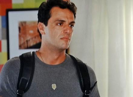 Desolado, Théo entra em crise e procura por Érica: 'Me perdoa'