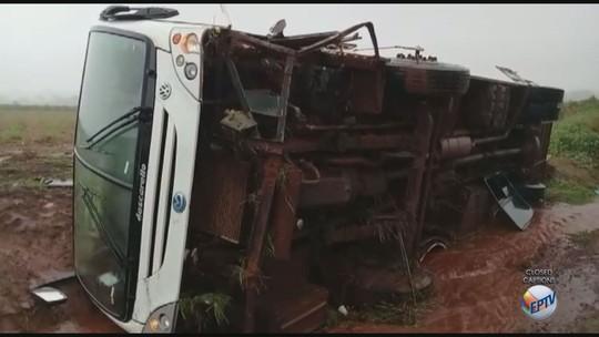 Ônibus tomba e deixa seis estudantes feridos próximo a Nuporanga, SP