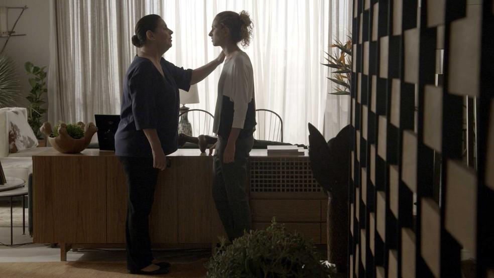 Zu tenta confortar Ivana — Foto: TV Globo