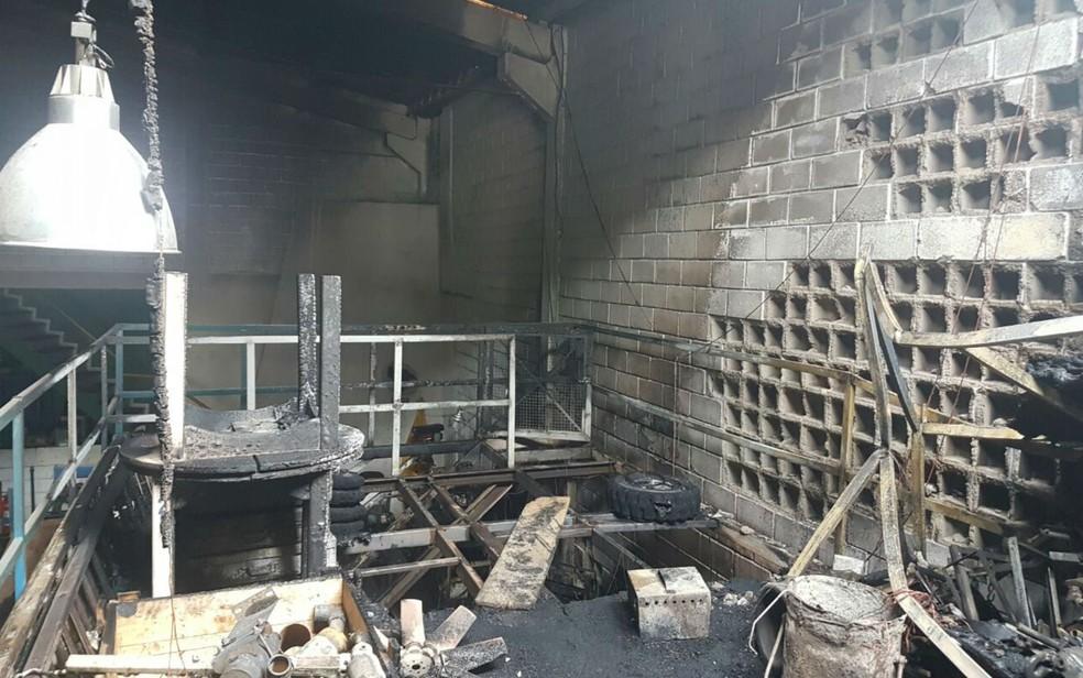 Empresa ficou parcialmente destruída após o incêndio (Foto: Divulgação/Corpo de Bombeiros Militar)